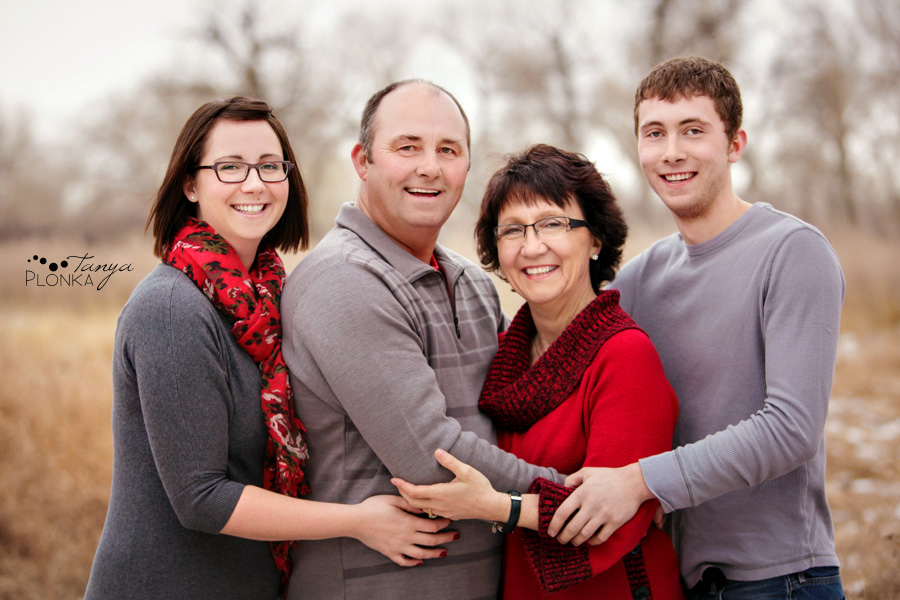 Family photos in Indian Battle Park, winter, Lethbridge. Family wearing red and gray colors.